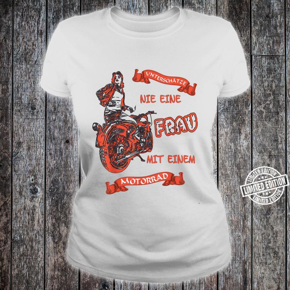 Unterschätze Nie Eine Frau Auf Einem Motorrad Shirt ladies tee