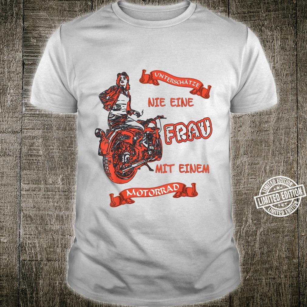 Unterschätze Nie Eine Frau Auf Einem Motorrad Shirt